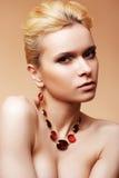 美好的发型豪华项链妇女 免版税库存图片