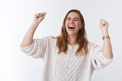 美好的口味胜利 提高握紧的画象愉快的有吸引力的庆祝的年轻女人跳跃的幸福胜利 库存图片