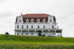 美好的古板的多家庭家,沿一条绿色山坡路,石块海岛,RI 免版税库存图片