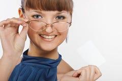 美好的名片女孩显示微笑的年轻人 免版税库存图片