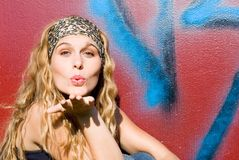 美好的吹的女孩亲吻 库存照片