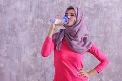 美好的喝矿泉水的hijab运动的妇女在workou以后 库存图片