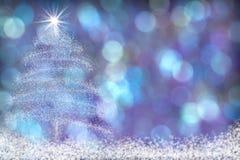 美好的圣诞树雪背景蓝色紫色 图库摄影