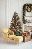 美好的圣诞节内部 装饰新年度 有壁炉的客厅 库存图片