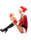 美好的圣诞节开张的当前妇女 免版税库存照片