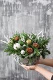 美好的圣诞节构成在妇女手上 假日概念的准备 花店是a主要工作  免版税库存照片