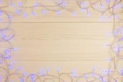 美好的圣诞节背景蓝色电灯泡光桌 库存照片