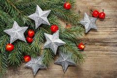 美好的圣诞节背景:银色星和苹果 免版税库存图片