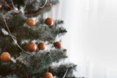 美好的圣诞节装饰了与拷贝空间的树在窗口 免版税库存照片