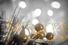 美好的圣诞节装饰关闭 与bokeh光的抽象背景 免版税图库摄影