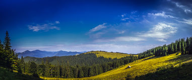 美好的在山的全景晴天 免版税库存图片