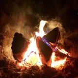 美好的在明亮的黄色火的火焰褐色木深黑色煤炭在金属火盆里面 免版税图库摄影