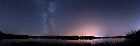 美好的在湖的夜满天星斗的天空 免版税库存照片