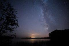 美好的在湖的夜满天星斗的天空 图库摄影