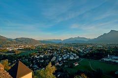 美好的在萨尔茨堡,奥地利,欧洲的日落鸟瞰图 城市在莫扎特诞生阿尔卑斯  萨尔茨堡地平线全景 免版税库存图片
