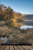 美好的在Blea塔恩省在湖区有高培养的和Langdales的秋天秋天五颜六色的日出在距离 免版税图库摄影