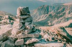 美好的在Peleaga山上面的山风景峰顶大石头在全国Retezat的停放罗马尼亚 免版税库存图片