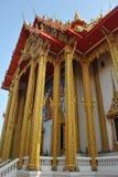 美好的在wat bua kwan寺庙的建筑学佛教大厦在泰国 库存照片