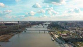 美好的城市风景有汽车通行的围拢的一座桥梁的空中4k寄生虫飞行英尺长度 E 股票视频