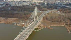 美好的城市风景有汽车通行的围拢的一座桥梁的空中4k寄生虫飞行英尺长度 E 影视素材