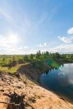 美好的夏天横向 蓝色湖和清楚的天空 库存照片