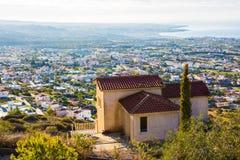 美好的夏天风景在地中海的一个村庄 一个美好的晴天在乡下 免版税库存照片
