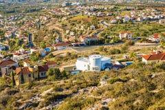 美好的夏天风景在地中海的一个村庄 一个美好的晴天在乡下 免版税图库摄影