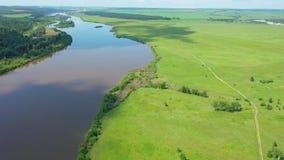 美好的夏天风景概要 在河和村庄的UAV飞行 概略的看法 股票视频