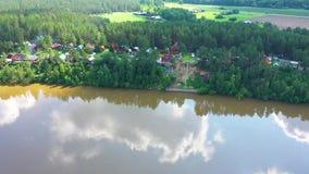 美好的夏天风景概要 在河和村庄的UAV飞行 概略的看法 影视素材