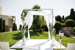 美好的外出的婚姻的设定 在浪漫婚礼,婚礼的犹太Hupa室外在草坪水视图 ?? 免版税图库摄影
