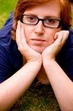 美好的外部松弛妇女年轻人 免版税图库摄影