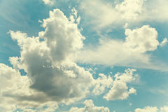 美好的多云天空夏时风景 田园诗背景概念 减速火箭的颜色定了调子作用摄影 库存图片