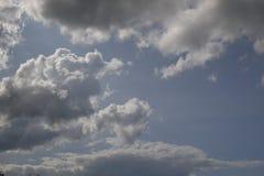 美好的多云天,有很多可能性 免版税库存照片