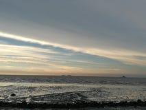 美好的多云黎明晃动海运天空水 免版税图库摄影