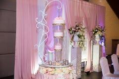 美好的多重婚宴喜饼invwrted由上至下的设计 库存照片
