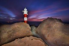 美好的夜在蓬塔de Teno,特内里费岛,加那利群岛,西班牙射击了一座灯塔 免版税图库摄影