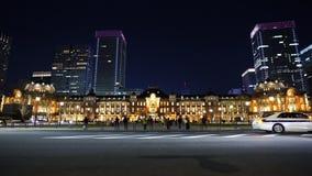美好的夜景东京站在丸之内商业区,这是最大和最繁忙的终点站在亚帕 股票视频