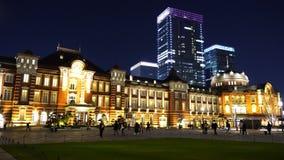 美好的夜景东京站在丸之内商业区,这是最大和最繁忙的终点站在亚帕 影视素材
