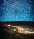 美好的夜风景、星轨道和汽车轨道 库存图片