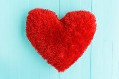 美好的大红色枕头心脏形状 库存图片