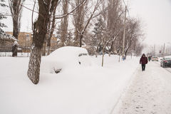 美好的大量横向降雪冬天 库存照片