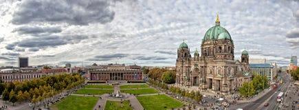 美好的天视图柏林大教堂(柏林大教堂), 库存照片