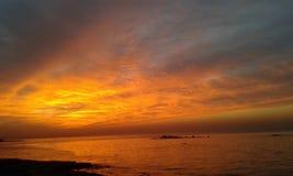 美好的太阳和意想不到的海 库存照片