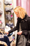 美好的夫人购物在女用贴身内衣裤商店 免版税库存图片