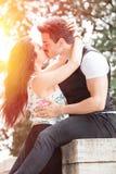 美好的夫妇亲吻和爱 爱恋的关系和感觉 免版税图库摄影