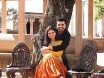 美好的夫妇印第安摆在 免版税库存图片
