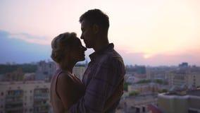 美好的夫妇取暖在容忍的,从高大厦屋顶的赞赏的日落  影视素材