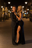 美好的夫妇和一个城市在晚上 图库摄影