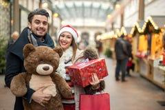 美好的夫妇圣诞节购物 免版税库存图片