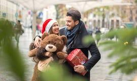 美好的夫妇圣诞节购物 库存图片